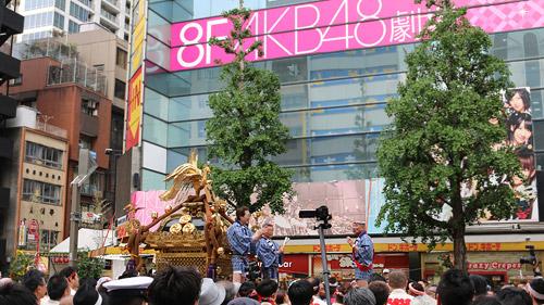 AKB48劇場前にお神輿