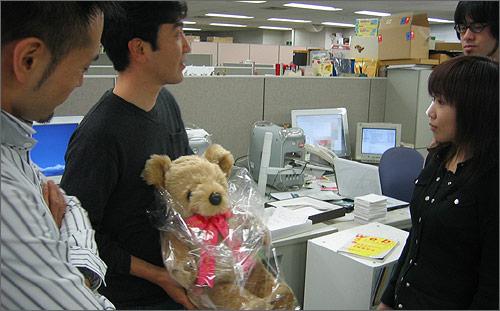 (写真)松浦にプレゼントした瞬間